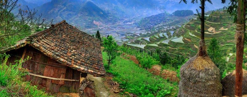 De lente landelijk landschap in de hooglanden van zuidwestelijk China. stock afbeeldingen
