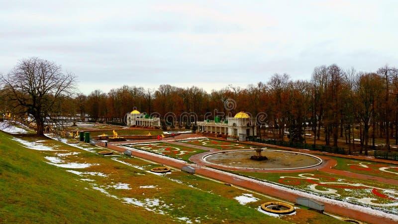 De lente in Peterhof (Petrodvorets) royalty-vrije stock afbeelding