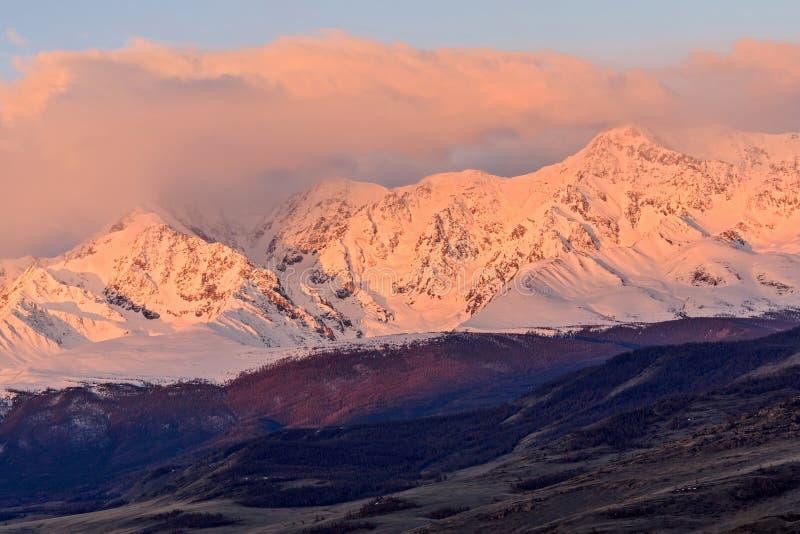 De lente van de de zonsopgangvallei van bergenwolken royalty-vrije stock fotografie