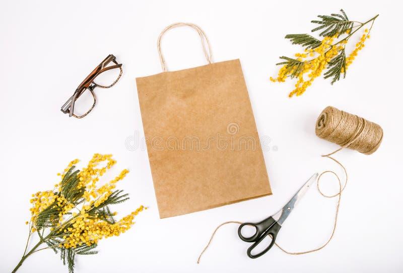 De lente van de giftdecoratie met bloemenmimosa die wordt geplaatst royalty-vrije stock foto's