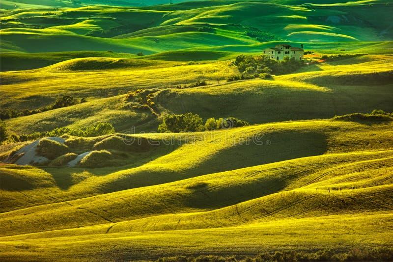 De lente van Toscanië, rollende heuvels op zonsondergang Volterra landelijke landscap royalty-vrije stock afbeelding