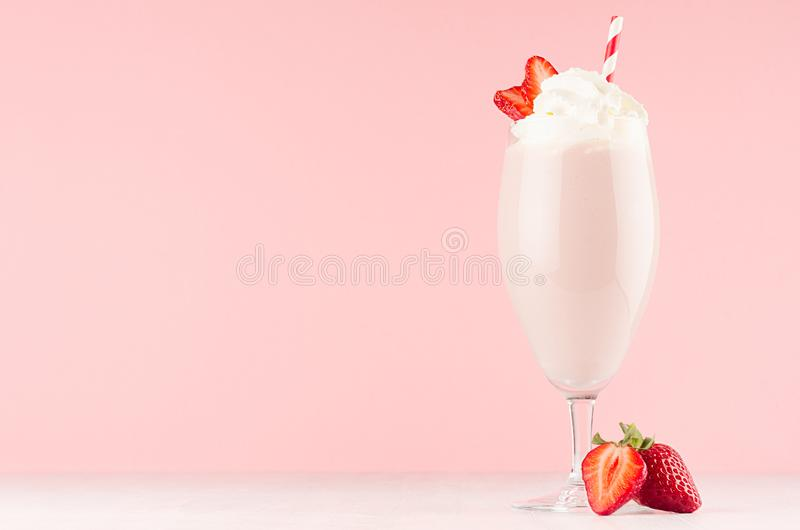 De lente verse roze milkshake met aardbei en slagroom op zachte roze achtergrond, exemplaarruimte royalty-vrije stock afbeeldingen