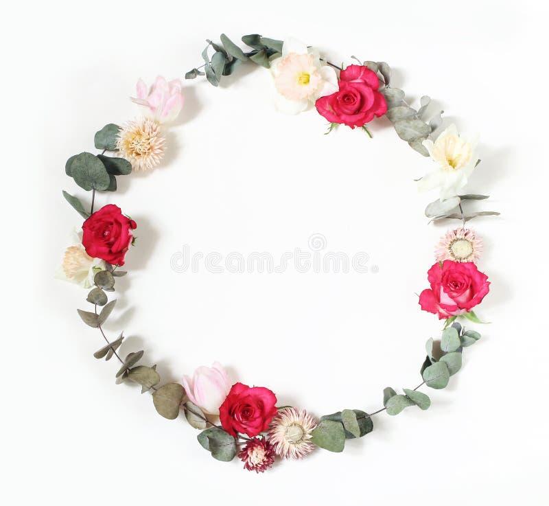De lente, de vrouwelijke gestileerde sc?ne van Pasen, bloemensamenstelling Ronde die kaderkroon van roze rozen, tulpen, gele narc stock fotografie