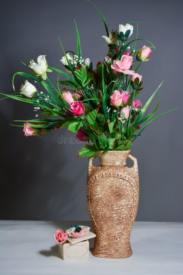 De lentebloemen in een vaas op grijze achtergrond royalty-vrije stock afbeeldingen