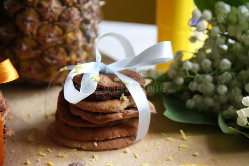 De lentebloemen en koekjes royalty-vrije stock foto