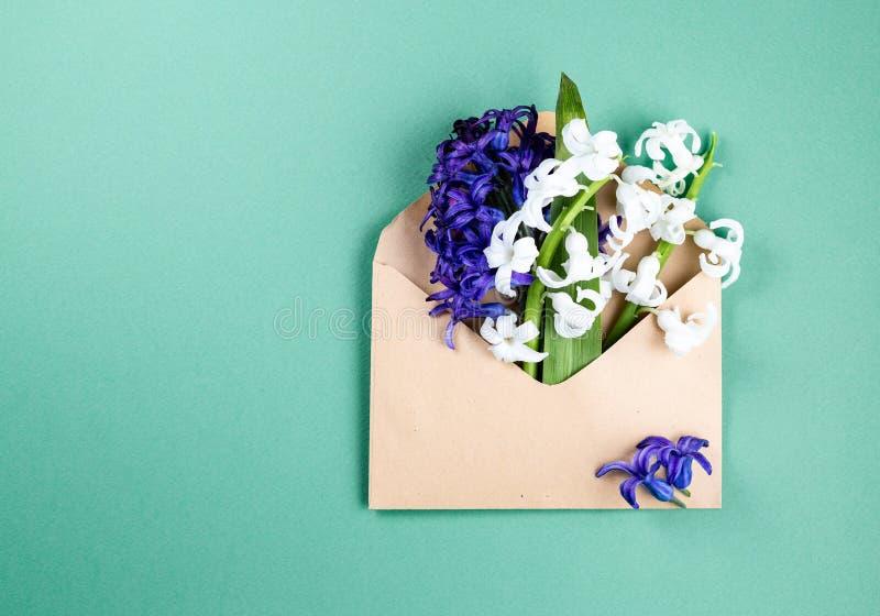 De lentebloemen in envelop royalty-vrije stock fotografie
