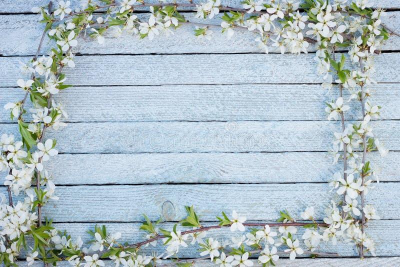 De lentebloemen op houten lijstachtergrond royalty-vrije stock afbeelding
