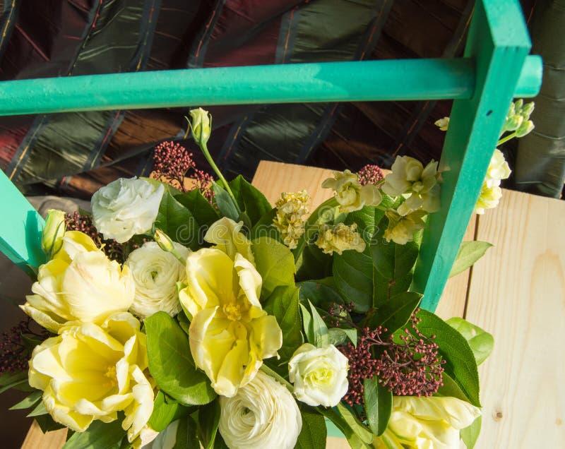 De lentebloemstuk in een groene houten doos met een dwarsbalk, stock foto's