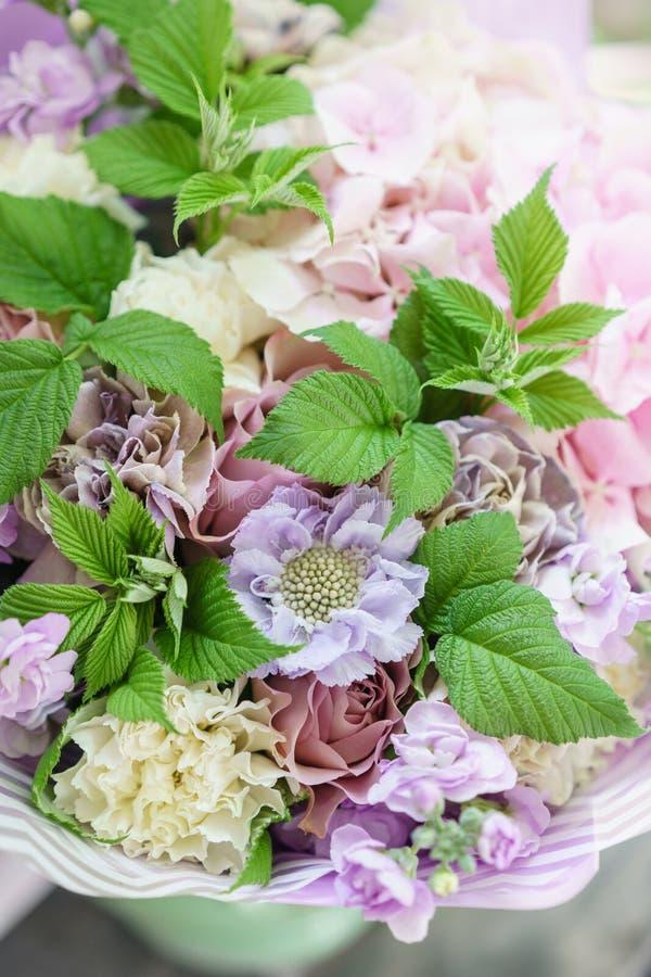 De lenteboeket van Beautiful van de het werkbloemist Regeling met mengelingsbloemen Het concept een bloemwinkel, een kleine famil royalty-vrije stock afbeeldingen