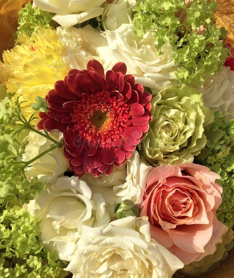 De lenteboeket van gemengde kleurrijke bloemen Het bloemenboeket met inbegrip van roze en wit nam toe, nam de witte nevel, roze g royalty-vrije stock foto
