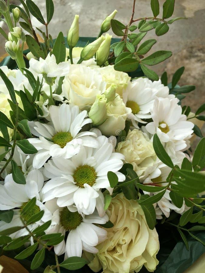 De lenteboeket van gemengde kleurrijke bloemen Het bloemenboeket met inbegrip van witte chrysant, witte groene rozen doorbladert  royalty-vrije stock afbeeldingen