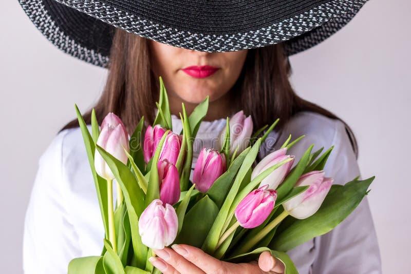 De lenteboeket van roze tulpen stock fotografie