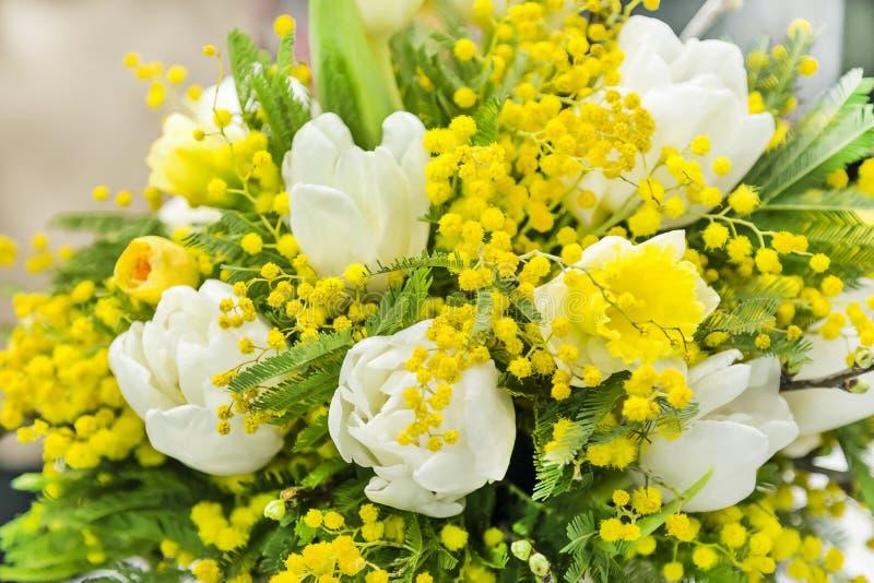 De lenteboeket voor de Dag van de Internationale Vrouwen op 8 Maart van de mimosa van witte tulpen en gele narcissen royalty-vrije stock foto's
