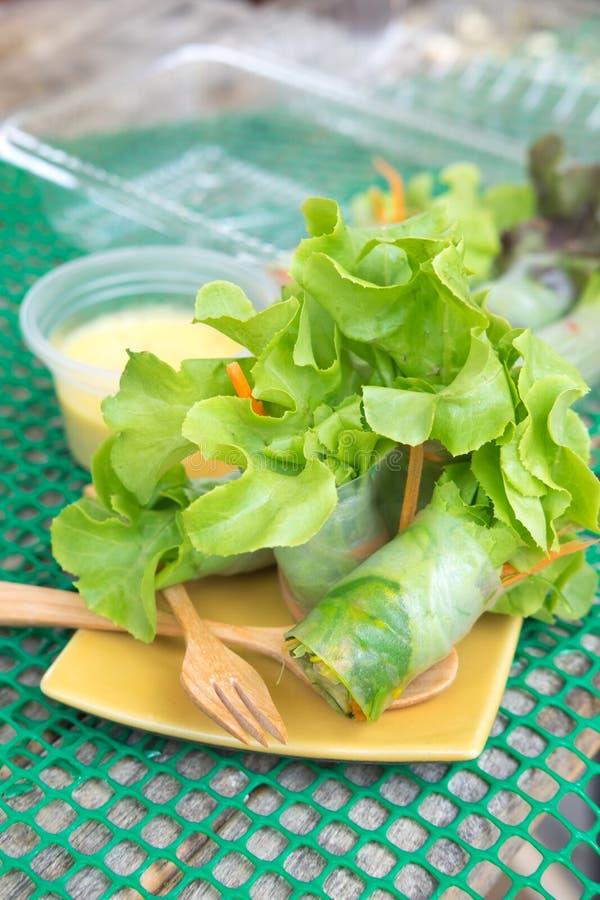 De lentebroodje van de verse groentenoedel met saladeroom stock foto's