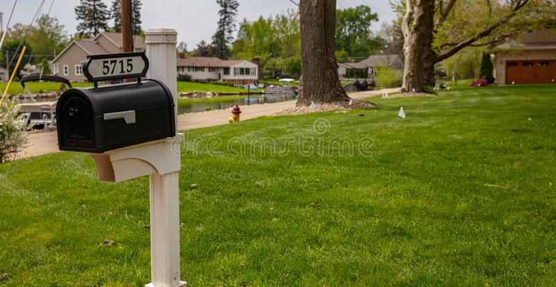 De lentedag in Kanton, Ohio, de V.S. Brievenbus, groene gras en bomen royalty-vrije stock afbeelding