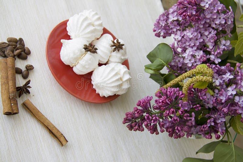 De lentedessert van schuimgebakjes op beige achtergrond stock foto