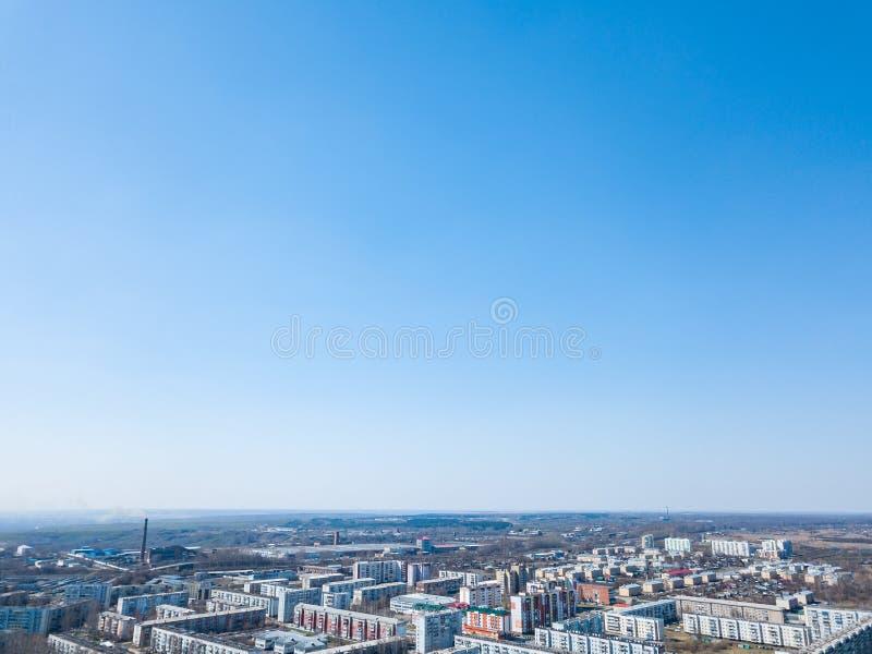 De lentelandschap van een satellietbeeld van de kleine stad van Leninsk Kuznetsk, van de straten met een weg, lange gebouwen, hui royalty-vrije stock foto