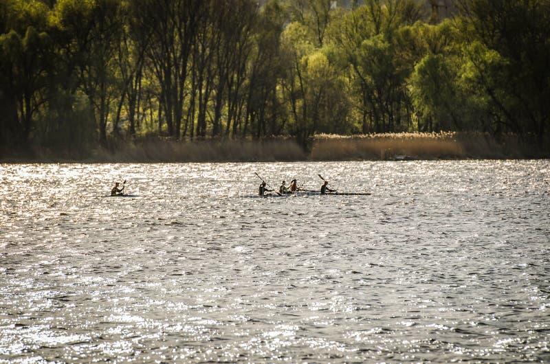 De lentelandschappen op de achtergrond van de rivier royalty-vrije stock afbeelding