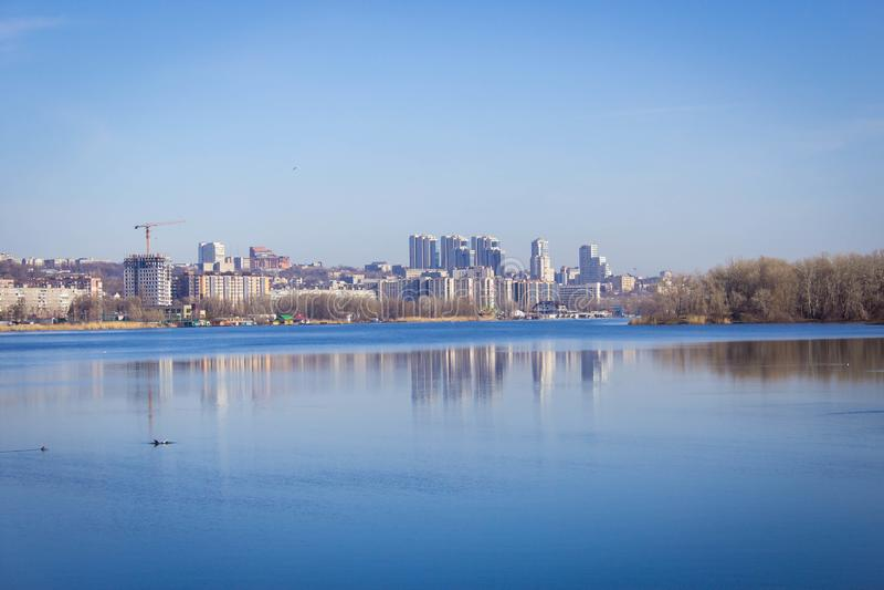 De lentelandschappen op de achtergrond van de rivier royalty-vrije stock afbeeldingen
