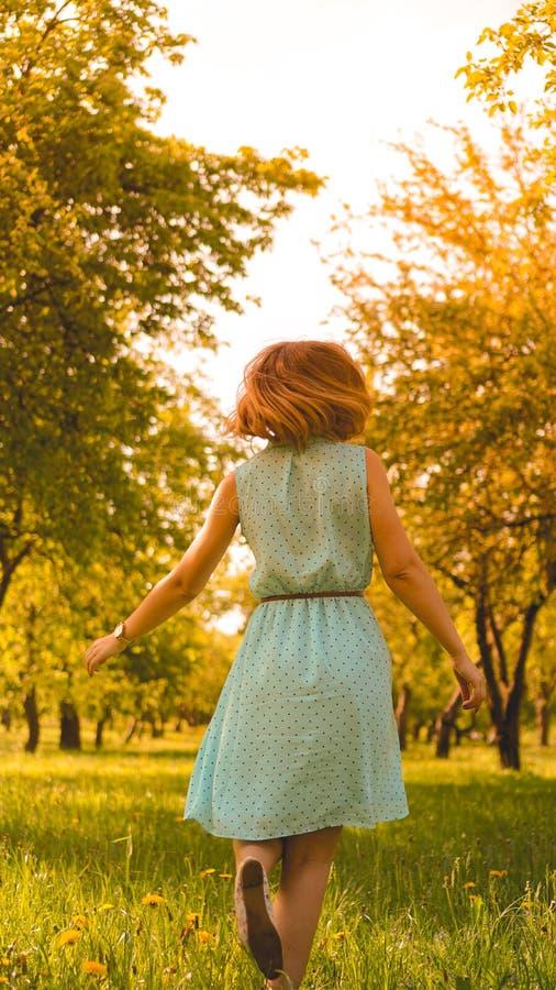 De lentemeisje die van aard genieten Mooie jonge vrouw in openlucht royalty-vrije stock fotografie