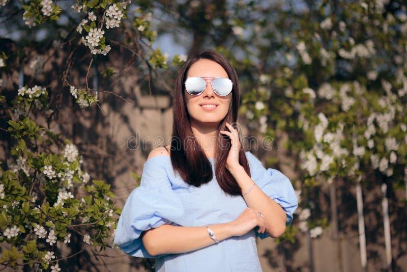 De lentemeisje die Zonnebril in Openluchtmanierportret dragen stock afbeelding