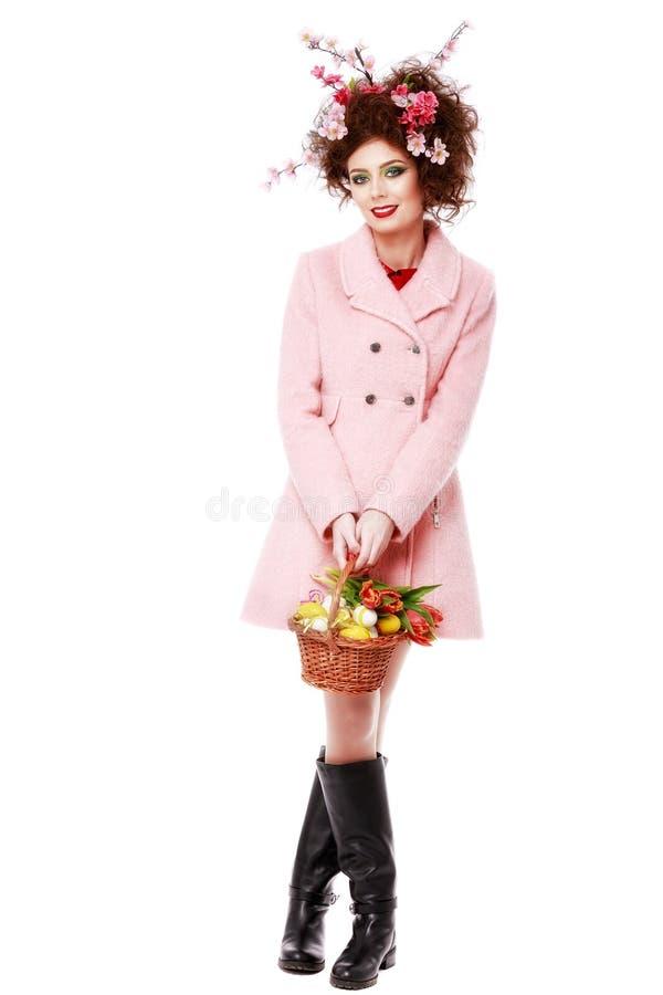 De lentemeisje met Manierkapsel Portret van Mooi Model met Kleurrijke Eieren Het portret van is stock fotografie