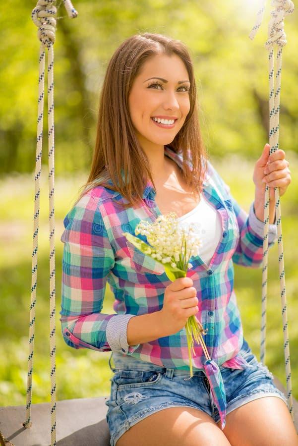 De lentemeisje op de Schommeling stock afbeeldingen