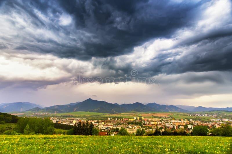De lenteonweer in bergen Donkere dramatische hemel royalty-vrije stock foto
