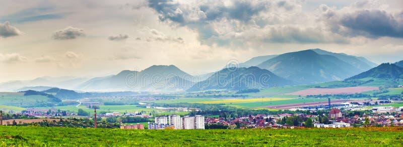 De lenteonweer in bergenpanorama Liptovstad in Slowakije royalty-vrije stock foto