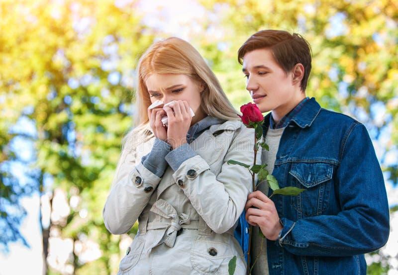De lentepaar die en het kussen de zomerpark lopen stock foto's