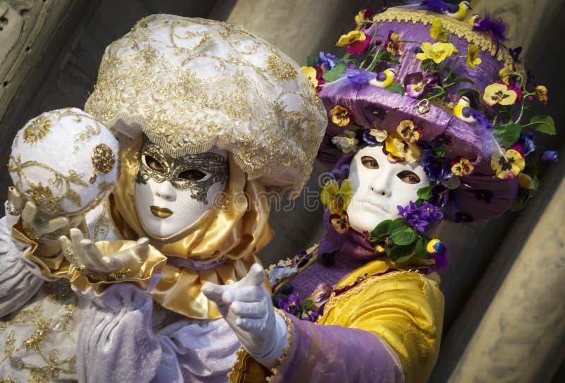 De lentepaar van in de maskers van Venetië Carnaval royalty-vrije stock foto