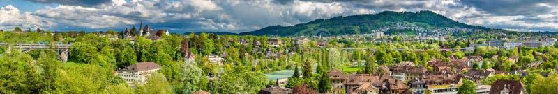 De lentepanorama van de stad van Bern stock afbeeldingen