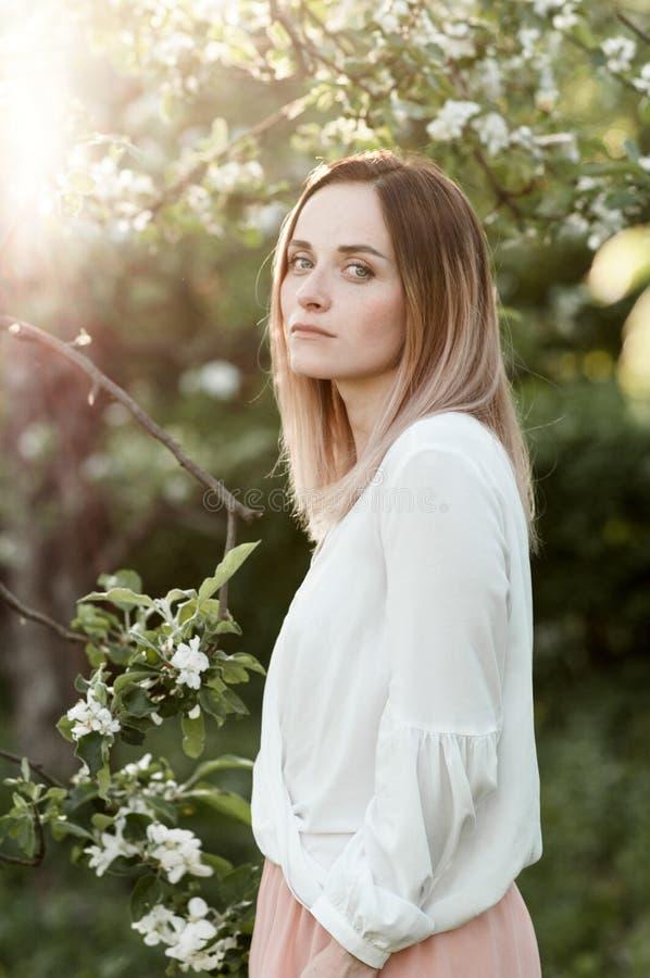 De lenteportret van een jonge vrouw royalty-vrije stock afbeelding