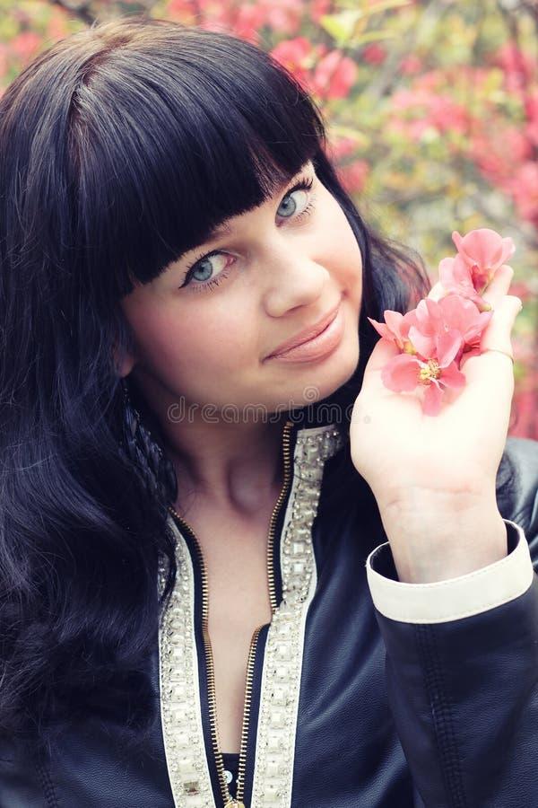 De lenteportret van een mooi brunette stock fotografie