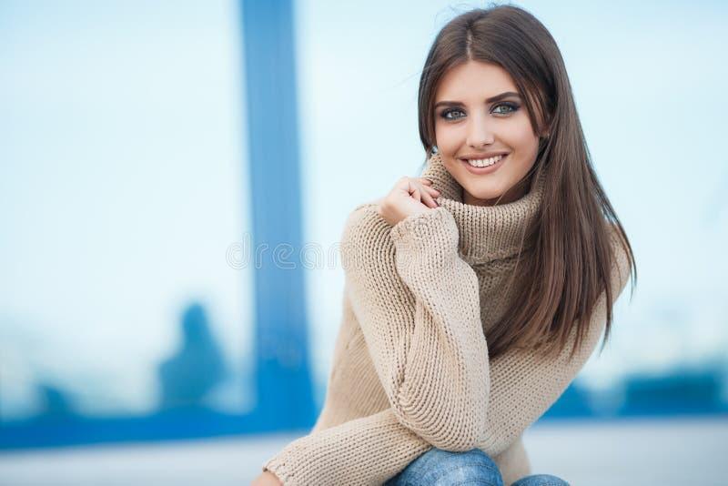 De lenteportret van een mooie vrouw in openlucht stock foto's