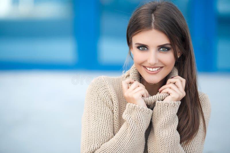 De lenteportret van een mooie vrouw in openlucht royalty-vrije stock foto's