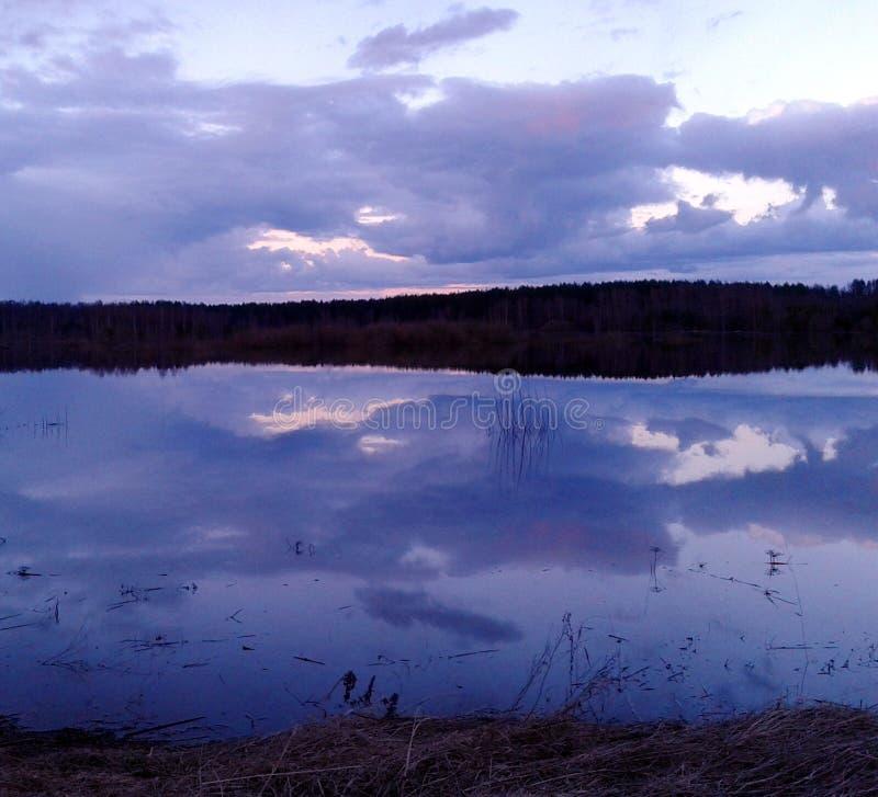 De lenterivier, langzaam water, wolken royalty-vrije stock afbeelding