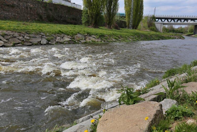De lenterivier met viaduct stock foto
