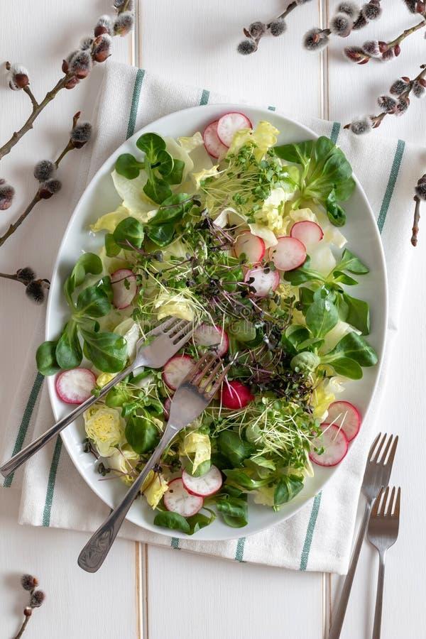 De lentesalade met broccoli en boerenkool microgreens op een witte achtergrond, hoogste mening royalty-vrije stock afbeeldingen