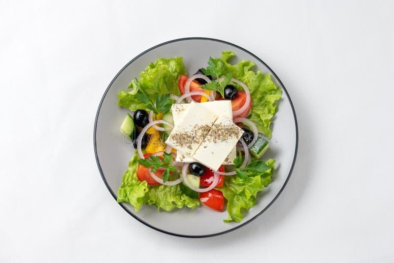 De lentesalade met verse groenten, kaas en olijven stock afbeelding