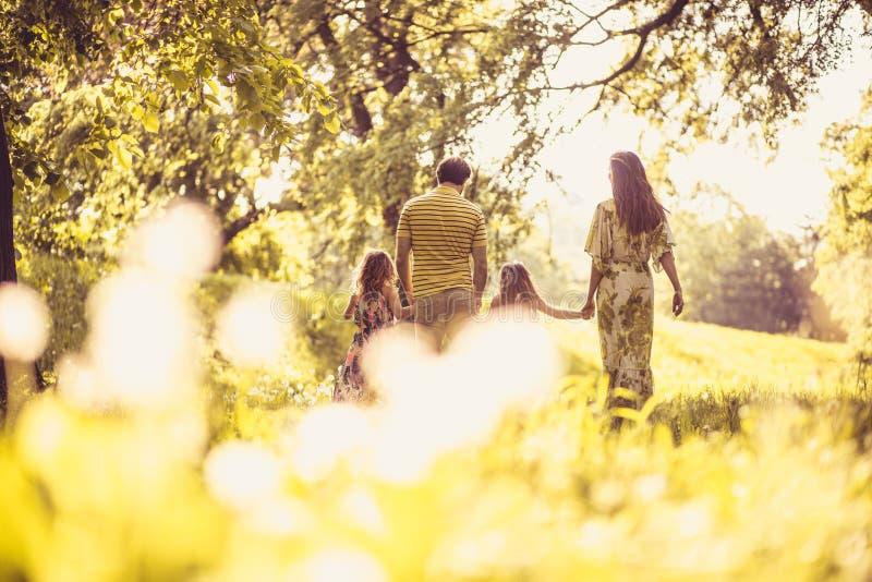 De lentetijd is beste tijd voor het lopen in aard Gelukkige Familie royalty-vrije stock fotografie
