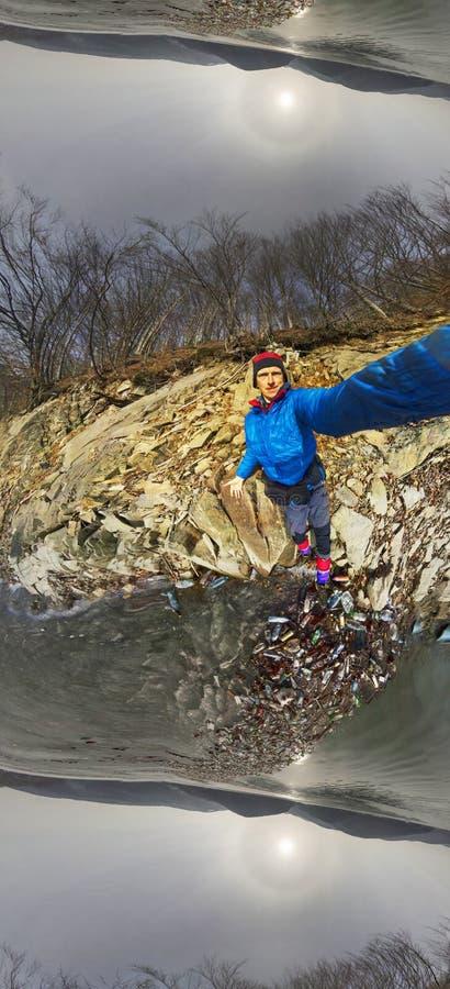 De lentevloed en kust met huisvuil stock afbeeldingen