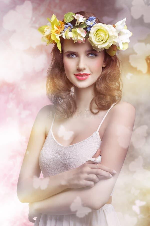 De lentevrouw met bloemen stock afbeelding