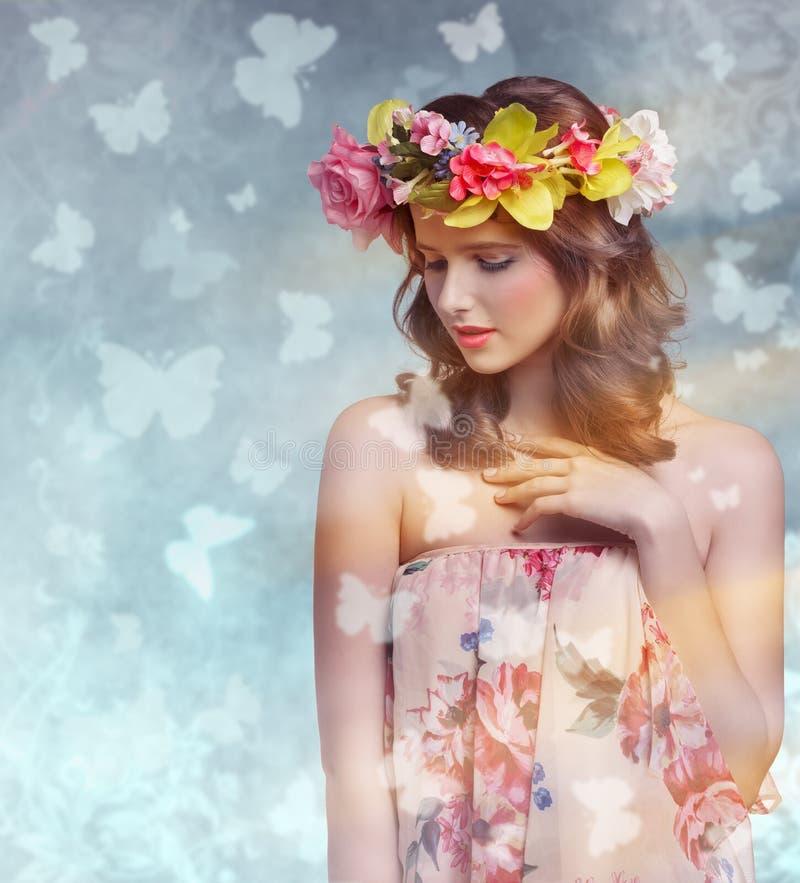 De lentevrouw met bloemen stock afbeeldingen