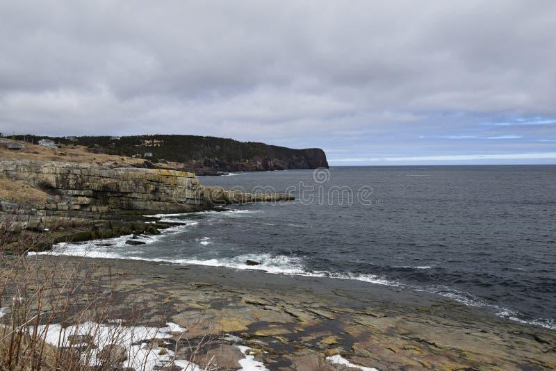 De lentezeegezicht langs de Sleep van VaderTroy ` s in Newfoundland Canada, dichtbij Flatrock stock afbeelding