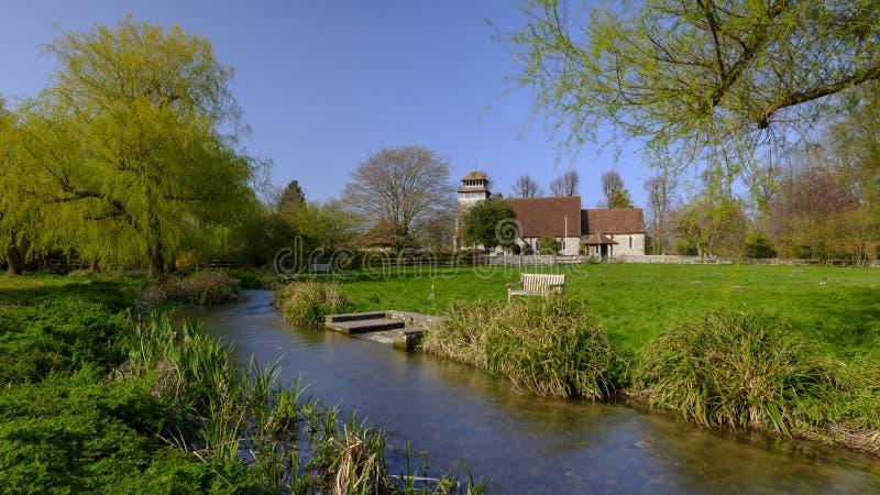 De de lentezonneschijn op St Andrew Kerk in Meonstoke in het Zuiden verslaat Nationaal Park, Hampshire, het UK stock fotografie