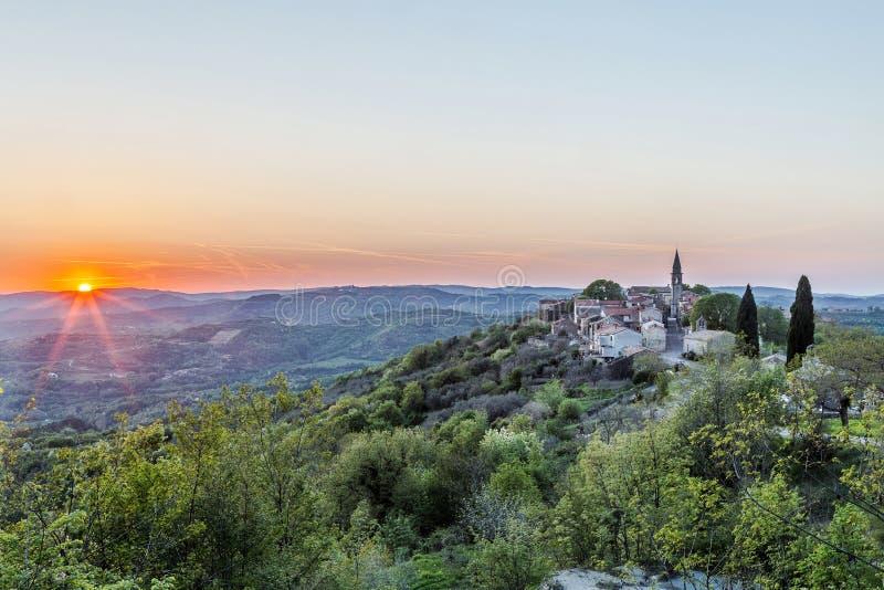 De lentezonsondergang in Draguc, Istria, Kroatië stock afbeelding
