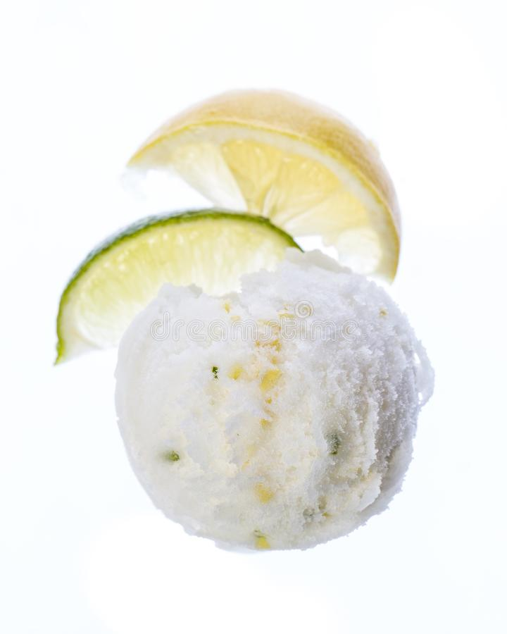 De lepel van het citroenroomijs op witte achtergrond wordt geïsoleerd die royalty-vrije stock afbeeldingen