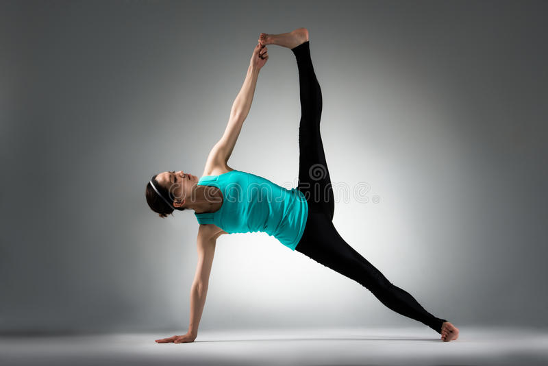 De leraar die van de yogageschiktheid moeilijkheid het stellen tonen stock foto's