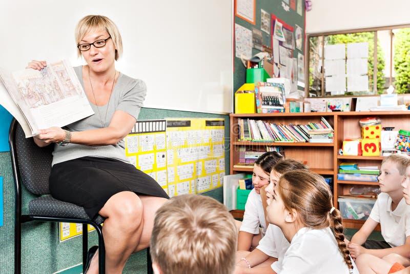 De leraar in het klaslokaal verklaart een beeld voor studenten royalty-vrije stock afbeelding